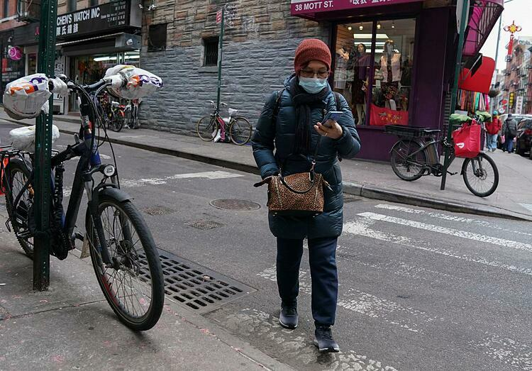 Người dân đi lại trên đường phố New York City. Ảnh: Reuters