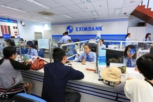 Khách giao dịch tại Eximbank.