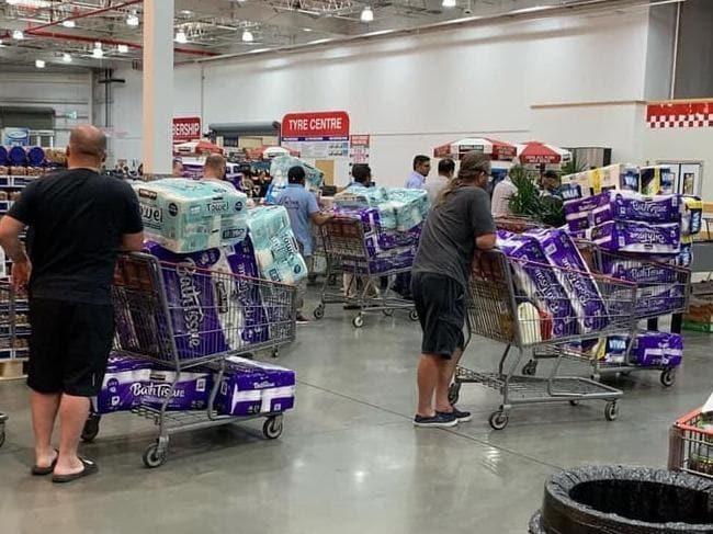 Người Australia tranh thủ tích trữ mua giấy vệ sinh. Ảnh: Facebook Sandra Hadley