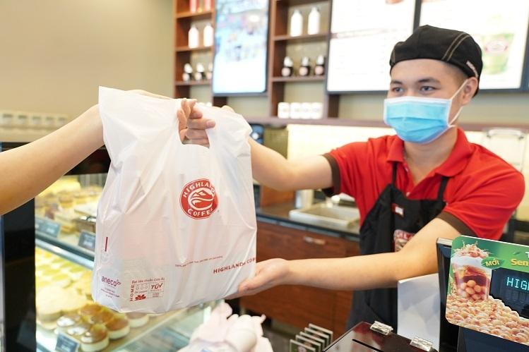 Highlands Coffee thay thế túi nilon bằng túi sinh học phân hủy hoàn toàn.