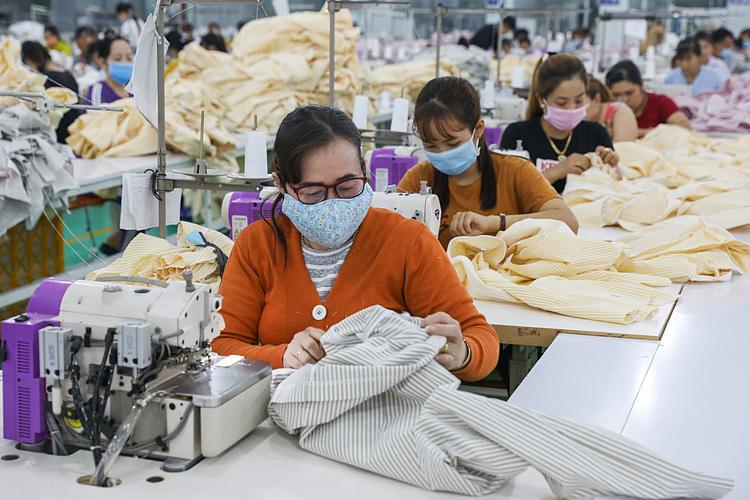 Công nhân làm việc trong một công ty may mặc ở Khu công nghiệpTân Đô, Long Anngày 29/2. Ảnh: Quỳnh Trần