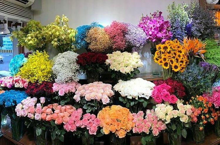 Hoa hồng đen nhuộm màu hết sạch trước 8/3 trong khi các loại hồng truyền thống còn khá nhiều tại cửa hàng ở TP HCM. Ảnh: Vân Nguyễn..