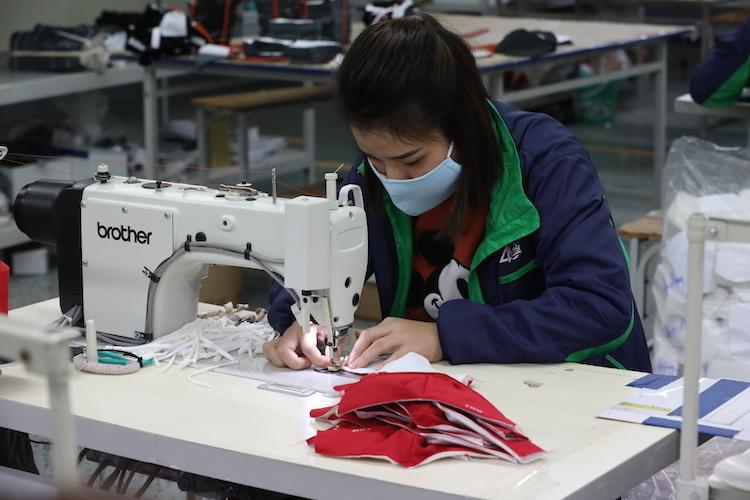 Sản xuất khẩu trang tại Công ty May TNG. Ảnh: Anh Minh