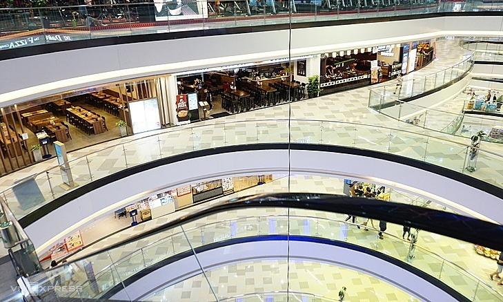 Các tầng ăn uống trong Vạn Hạnh Mall, quận 10, TP HCM thưa vắng người vào tối 17/2. Ảnh: Viễn Thông.