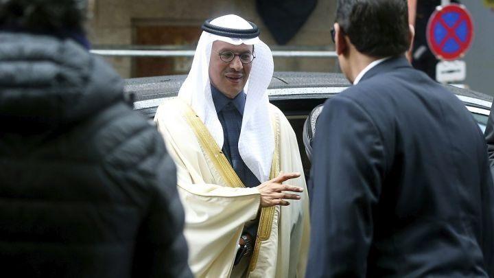 Hoàng tử Prince Abdulaziz bin Salman Al-Saud, Bộ trưởng Năng lượng Saudi Arabia đến cuộc họp của OPEC tại Vienna hôm 6/3. Ảnh: AFP