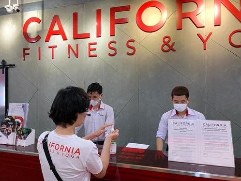 Quầy check-in trang bị nước rửa tay để khách hàng tự sát khuẩn tay trước khi vào tập luyện.