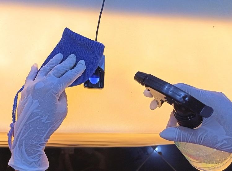 Thiết bị chấm vân tay cũng được khử khuẩn thường xuyên.