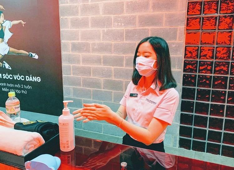 Nhân viên trước khi vào ca cũng sẽ phải rửa tay, đeo khẩu trang khi đang trong ca làm việc.