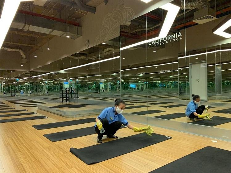 Nhân viên vệ sinh làm sạch và khử khuẩn thảm tập trước và sau mỗi lớp yoga tại California.