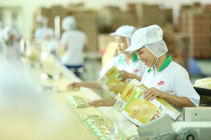 Dây chuyền công nghệ tiên tiến, hiện đại của Bibica giúp làm ra những chiếc bánh bông lan Hura Deli thơm ngon.