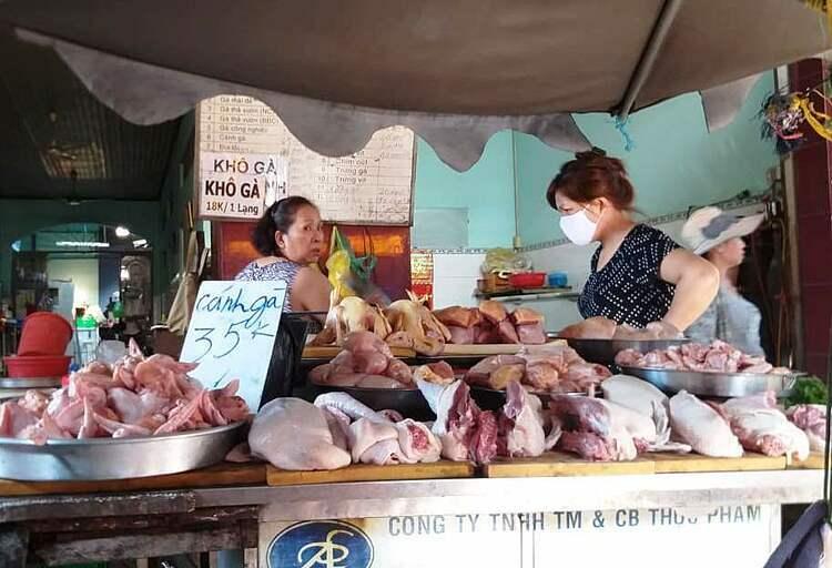 Giá gia cầm tại chợ Xóm Mới (Gò Vấp) giảm mạnh. Ảnh: Hồng Châu.
