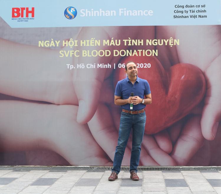 Ông Atul Dixit, Tổng giám đốc Shinhan Finance, tại Ngày hội hiến máu diễn ra ngày 6/3 ở TP HCM.