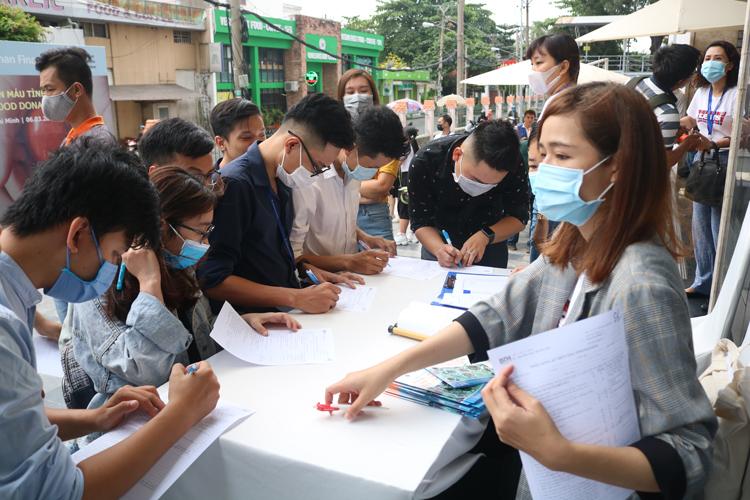 Nhân viên công ty và nhiều đại diện bán hàng tình nguyện viên đăng ký hiến máu tại ngày hội.