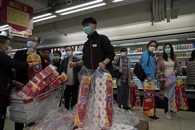 Người Hong Kong tích cực mua gom giấy vệ sinh hôm 14/2. Ảnh: AP