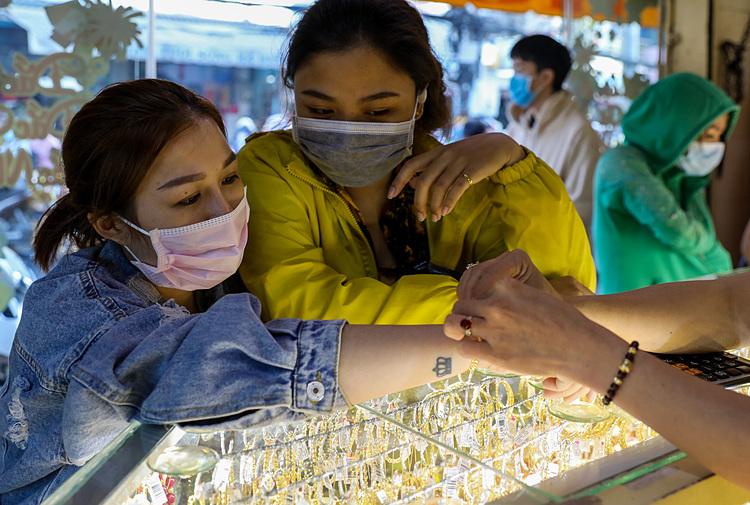 Người dân TP HCM đeo khẩu trang mua vàng ngày Thần Tài năm nay. Ảnh: Như Quỳnh.