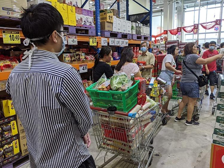 Một khách hàng mua 16 bao gạo tại FairPrice Hub, Joo Koon, Singapore vào đầu tháng 2/2020. Ảnh: StraitsTimes