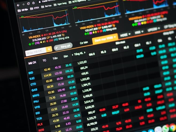Nhiều cổ phiếu bluechip rơi vào trạng thái trắng bảng bên mua vào cuối phiên. Ảnh: Minh Sơn