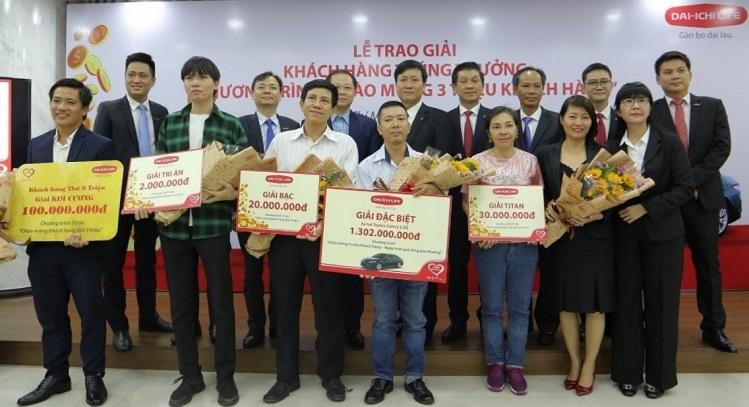 Đại diện Dai-ichi Life Việt Nam cùng các khách hàng trúng thưởng trong hai chương trình tri ân quy mô lớn vừa qua.