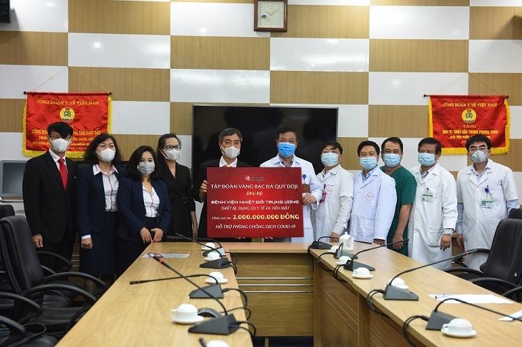 TS Phạm Ngọc Thạch (áo trắng, giữa) - Giám đốc Bệnh viện Bệnh nhiệt đới Trung ương thay mặt bệnh viện nhận 2 tỷ đồng từ Ban Lãnh đạo DOJI