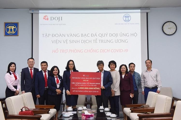 Lãnh đạo DOJI trao 2 tỷ đồng cho đại diện Viện Vệ sinh Dịch tễ Trung ương.
