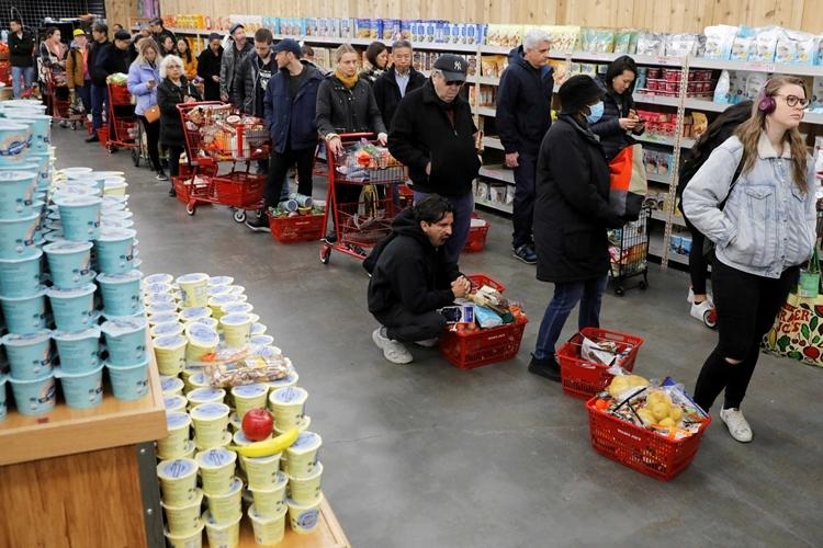Người Mỹ xếp hàng chờ thanh toán tại một siêu thị ở New York, khi dịch bệnh lan nhanh tại đây. Ảnh: Reuters