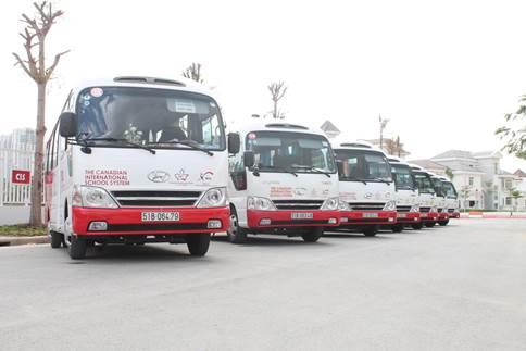 Trường có dịch vụ xe buýt đưa đón học sinh của các công ty con trong hệ thống.