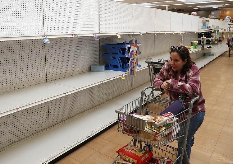 Quày nước rửa tay và giấy vệ sinh trống trơn tại siêu thị Giant hôm 13/3 ở Dunkirk, Maryland. Ảnh: AFP