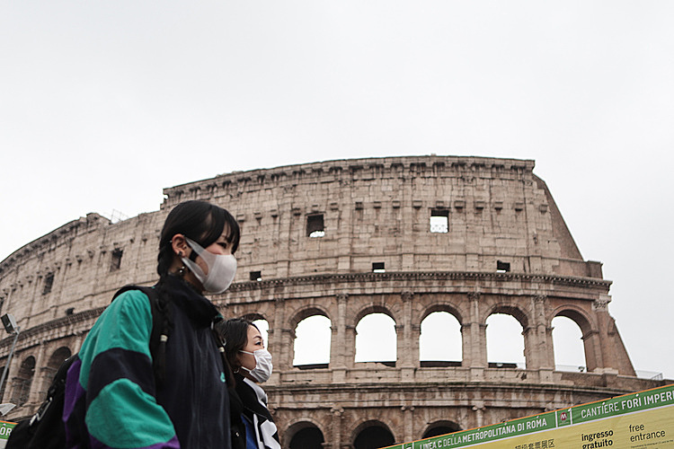 Một du khách đeo khẩu trang bên ngoài Đấu trường La Mã (Rome) hôm 1/2. Ảnh: AFP