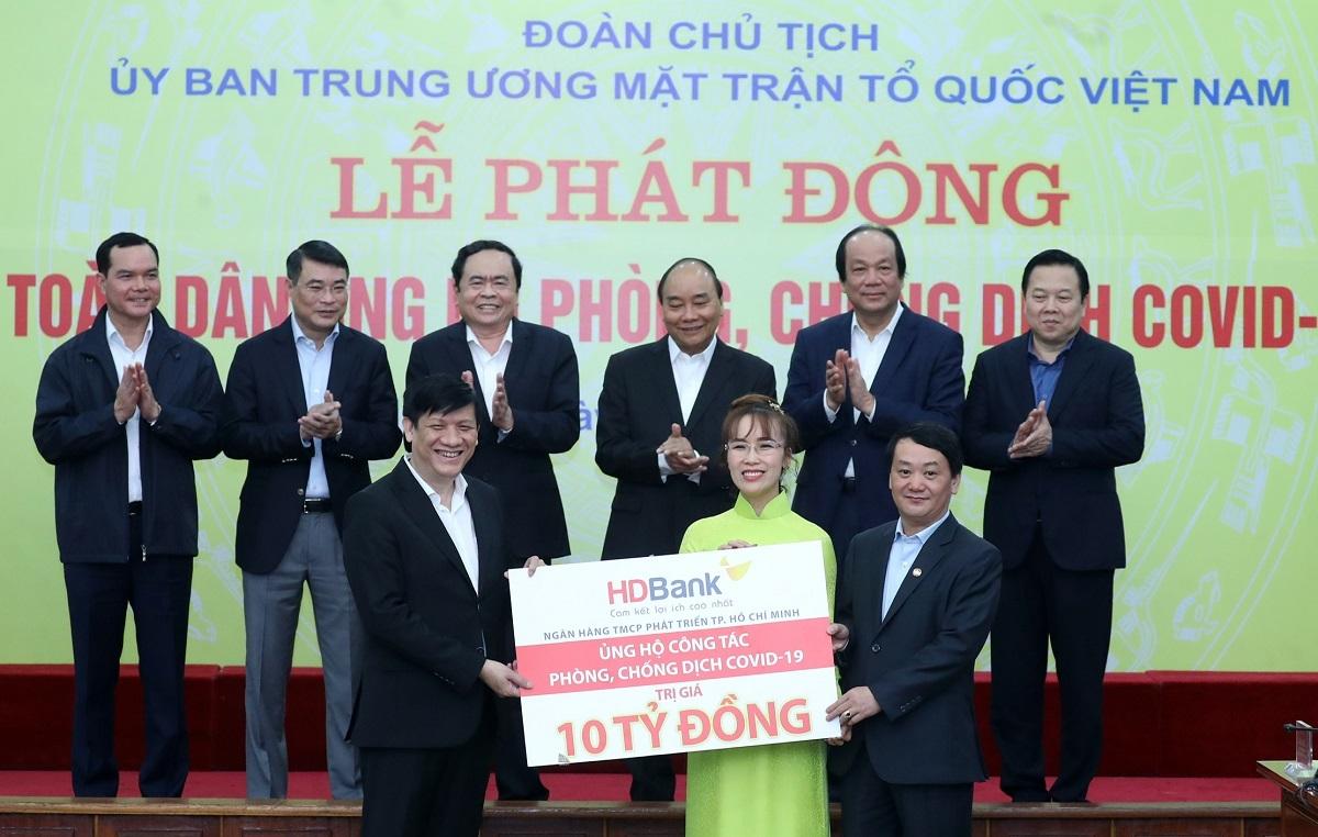 Bà Nguyễn Thị Phương Thảo - Phó chủ tịch HĐQT HDBank trao biểu trưng 10 tỷ đồng cho đại diện Ủy ban Trung ương Mặt trận Tổ quốc Việt Nam.