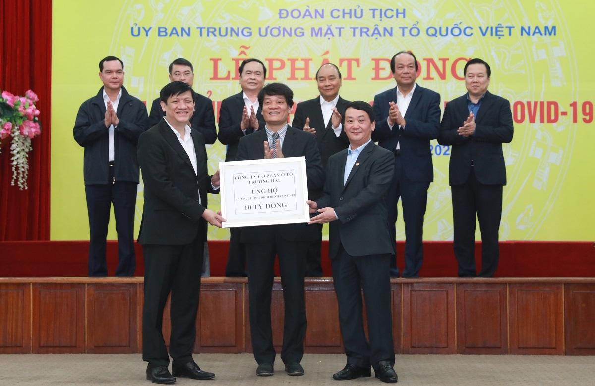 Đại diện Thaco trao biểu trưng ủng hộ 10 tỷ đồng cho Ủy ban Trung ương Mặt trận Tổ quốc Việt Nam.