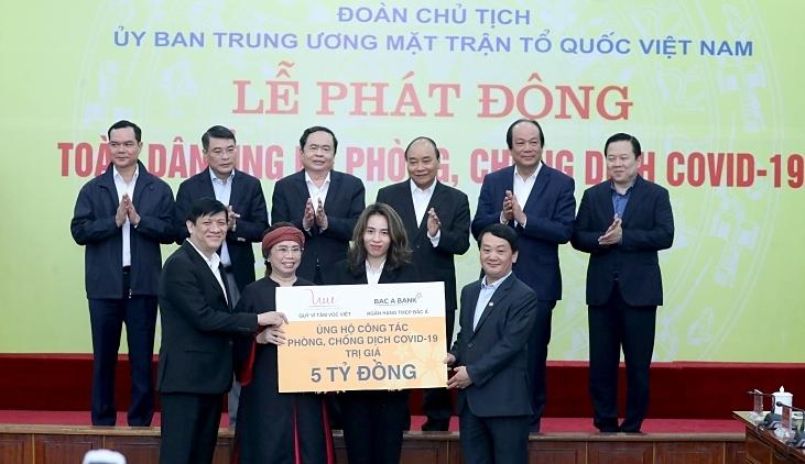 Bà Thái Hương, Phó Chủ tịch HĐQT, Tổng Giám đốc Ngân hàng TMCP Bắc Á và bà Trần Như Trang – Giám đốc Quỹ vì Tầm Vóc Việt đã trực tiếp trao tặng 5 tỷ đồng tới đại diện Mặt trận Tổ quốc Việt Nam và Bộ Y tế.