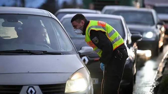 Cảnh sát Đức kiểm tra ôtô từ Pháp đi sang biên giới vào cuối tuần trước. Ảnh: AFP