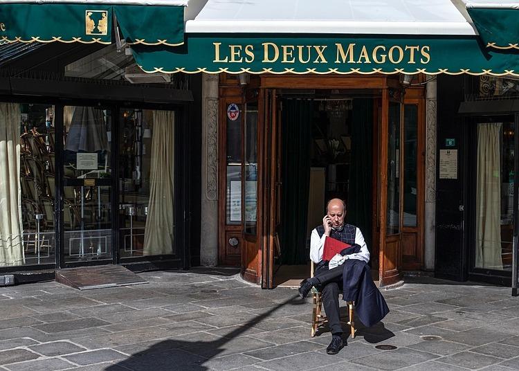 Quán cà phê Les Deux Magots tại Paris hôm 15/3. Ảnh: AP