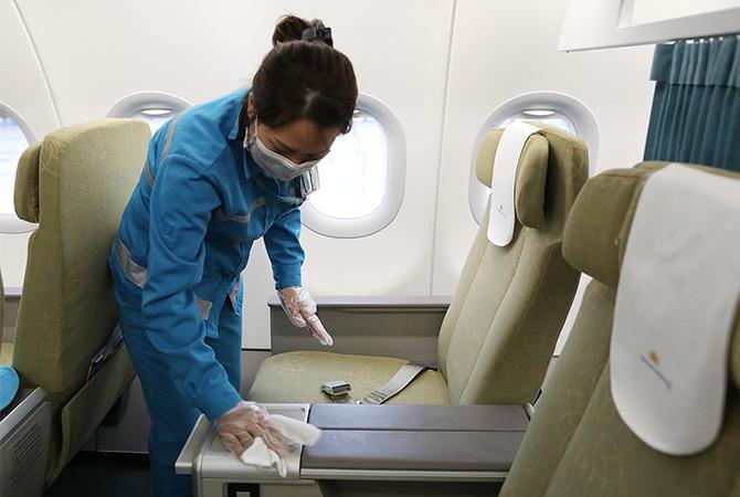 Khử trùng trên máy bay Vietnam Airlines. Ảnh: Ngọc Thành.