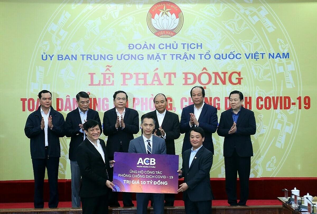 Đại diện ACB trao tặng 10 tỷ đồng trong Lễ phát động Toàn dân ủng hộ phòng, chống dịch Covid-19.