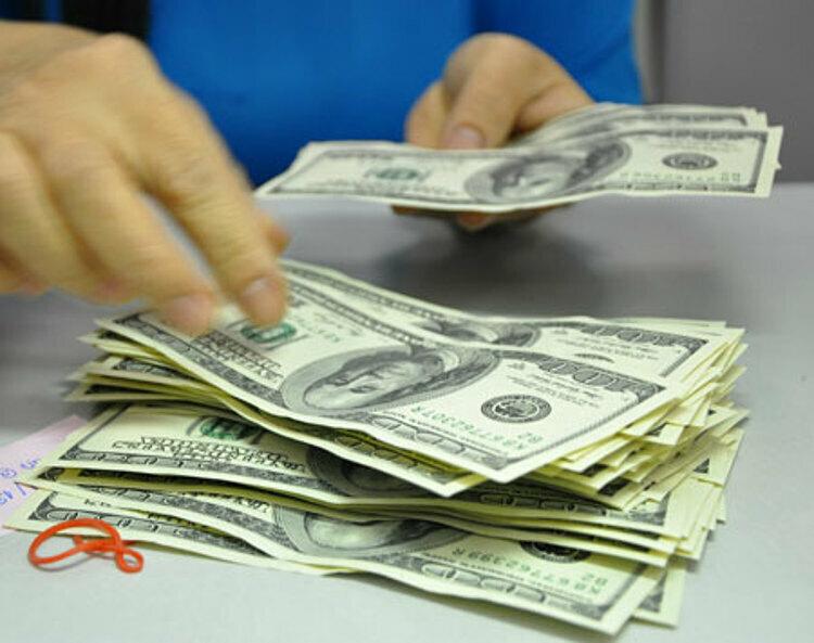 Khách hàng giao dịch USD tại một ngân hàng ở TP HCM. Ảnh: Lệ Chi.