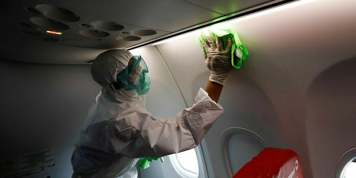 Nhân viên khử trùng trên một máy bay của LionAir hôm 17/3. Ảnh: Reuters
