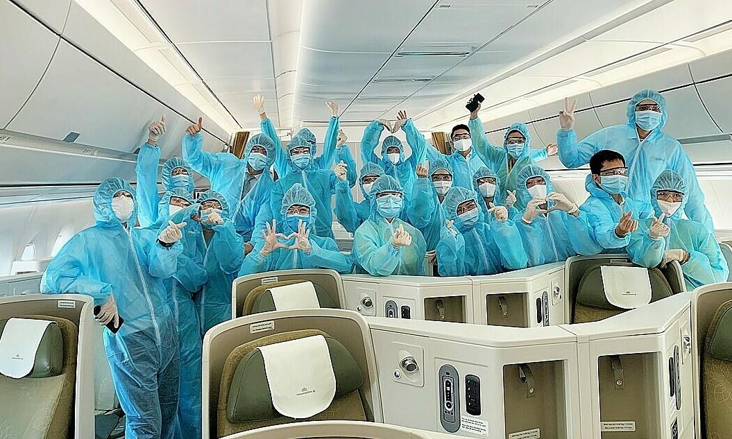Tiếp viên Vietnam Airlines trên chuyến bay về từ châu Âu. Ảnh: VNA.