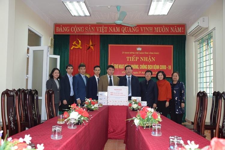 Đại diện Honda Việt ủng hộ thiết bị y tế cho người dân tỉnh Vĩnh Phúc