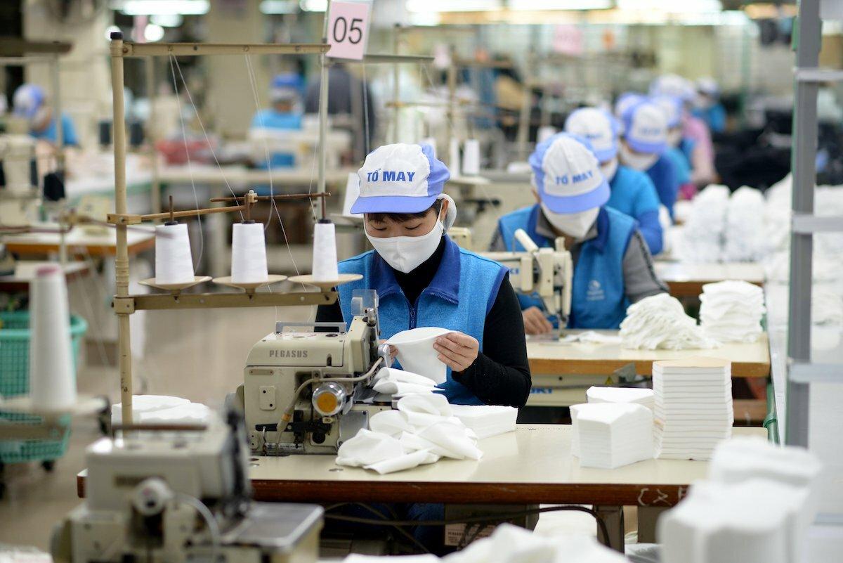 Công nhân sản xuất khẩu trang vải kháng khuẩn tại Công ty Dệt kim Đông Xuân. Ảnh: Cao Nam