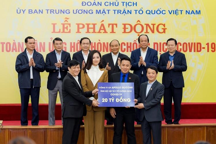 Hoa hậu Mai Phương Thúy (hàng trên, thứ hai từ trái sang) - đại diện Công ty Cổ phần Appolo Silicone trao 20 tỷ đồng cho đại diện Ủy ban TW Mặt trận Tổ quốc Việt Nam.