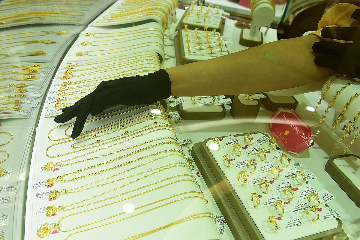 Khách giao dịch vàng tại một cửa hàng ở Hà Nội. Ảnh: Giang Huy.