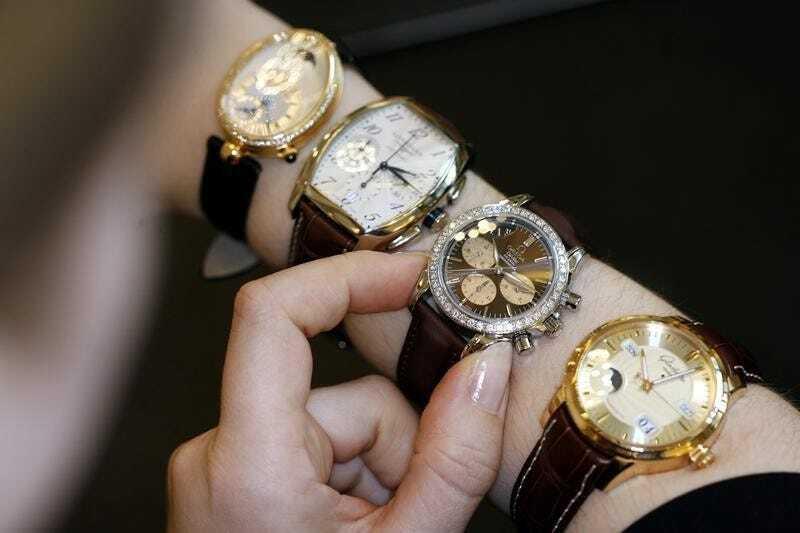 Nhân viên bán hàng trưng bày các mẫu đồng hồ Swatch tại cửa hàng ở Zurich (Thụy Sĩ). Ảnh: Reuters