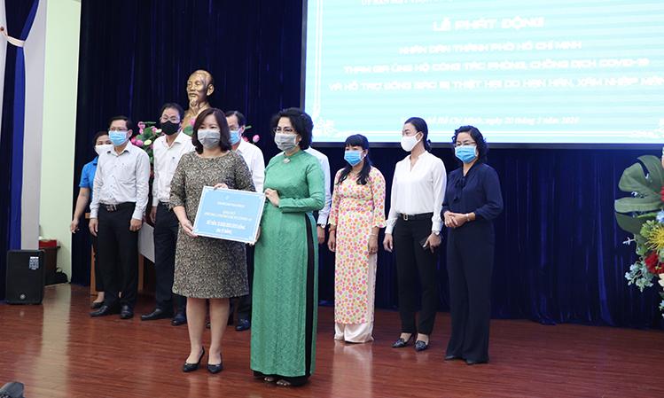 Đại diện Tập đoàn Bất động sản Vạn Phúc trao bảng tượng trưng ba tỷ đồng cho Mặt trận Tổ quốc TP HCM.