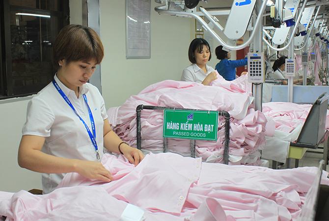 Công nhân may trongmột doanh nghiệp ở Hà Nội. Ảnh: Anh Duy.