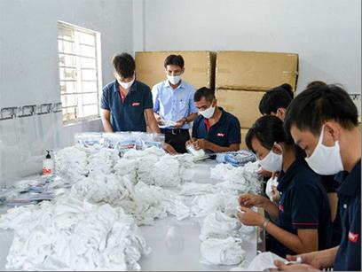Ông Trần Văn Bỉnh – GĐ Công ty Hasun kiểm tra hoạt động sản xuất khẩu trang.