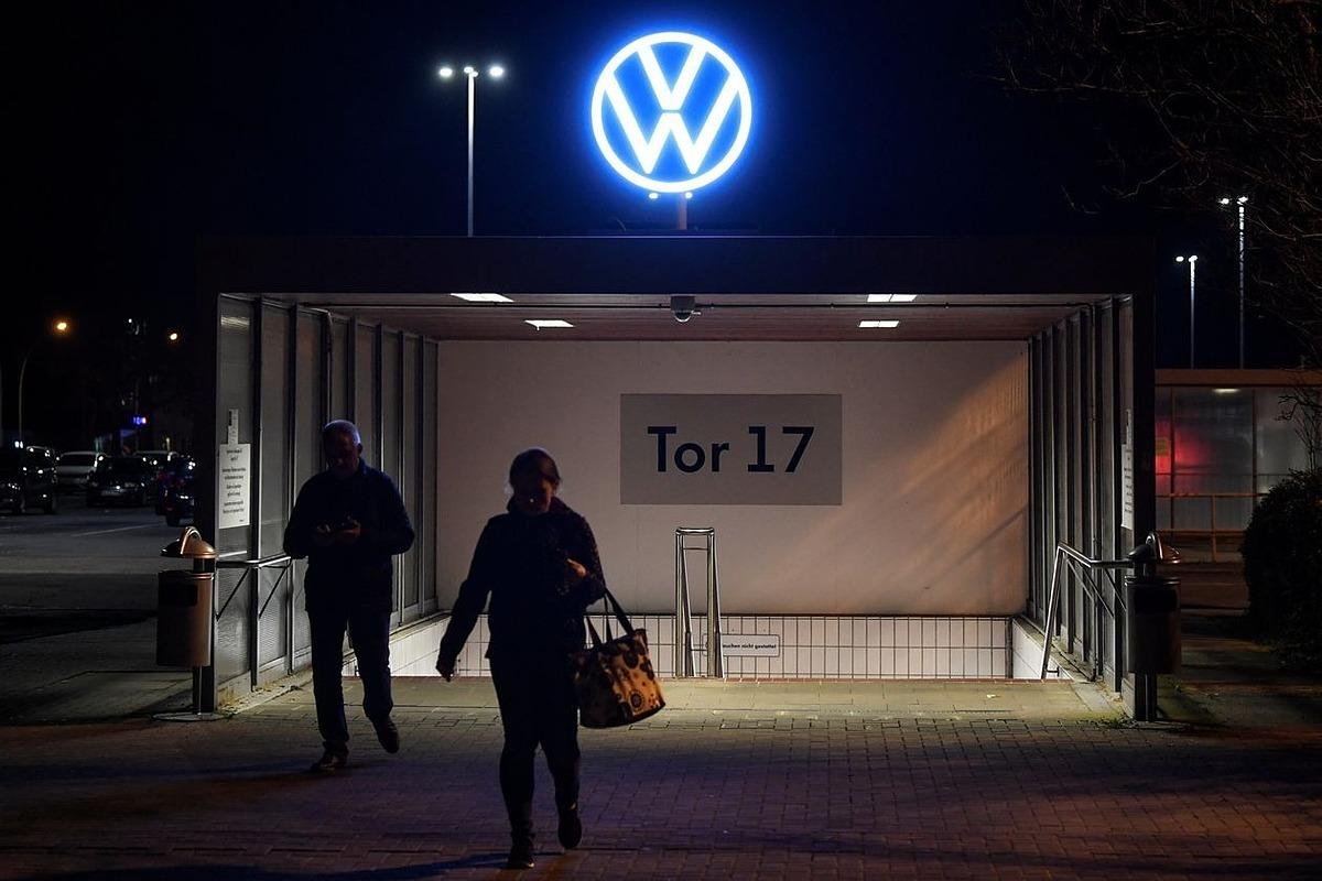 Công nhân rời nhà máy củaVolkswagen tại Wolfsburg (Đức) vào tối ngày 19/3. Ảnh: Reuters
