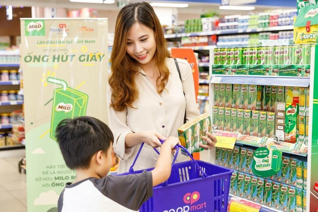 Khách hàng chọn sản phẩm Milo Bữa Sáng với ống hút giấy tại siêu thị.