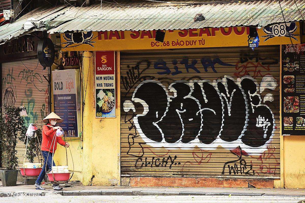 Các cửa hàng trên phố Đào Duy Từ (Hà Nội) đóng cửa theo yêu cầu để tránh lây lan trong mùa dịch. Ảnh: Giang Huy.
