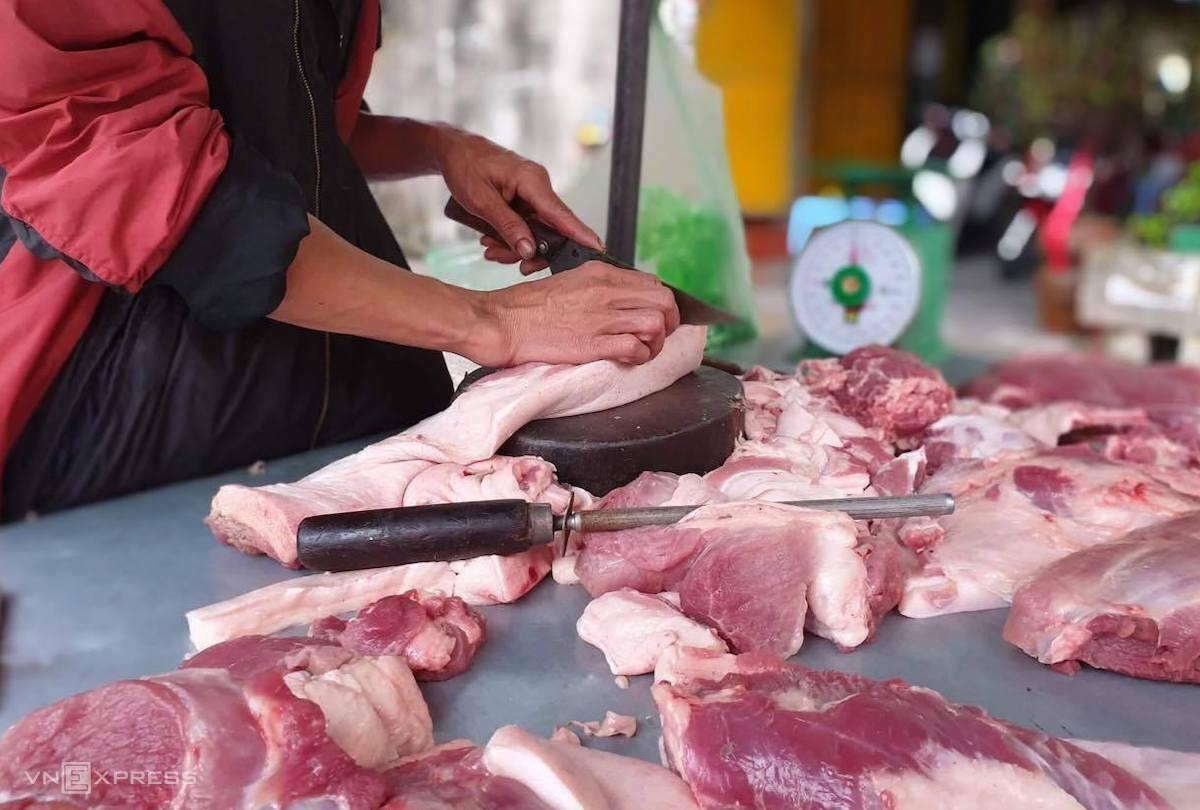 Một quầy thịt heo tại chợ Hà Đông (Hà Nội) sáng 2/4. Ảnh: Anh Minh